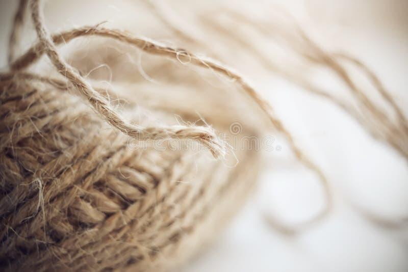 Pluizig wordt de hennepdraad verzameld in een bal stock afbeelding