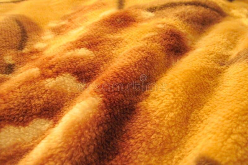 Pluizige opgestapelde gegolfte stoffentextuur Abstracte oranje bruine nappy achtergrond royalty-vrije stock foto