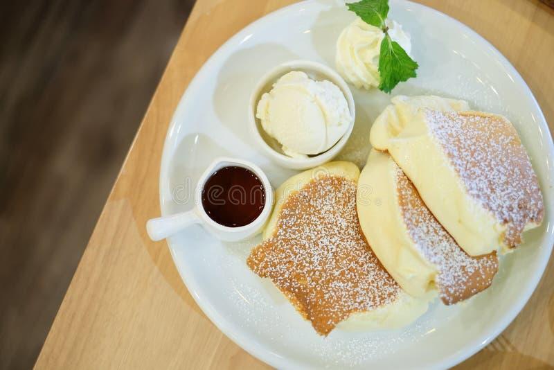 Pluizige pannekoek met vanilleroomijs en stroop stock afbeelding