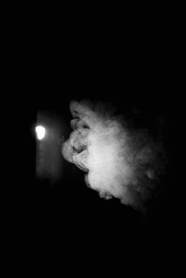 Pluizige Rookwolken van Rook en Mist op Zwarte Achtergrond royalty-vrije stock fotografie
