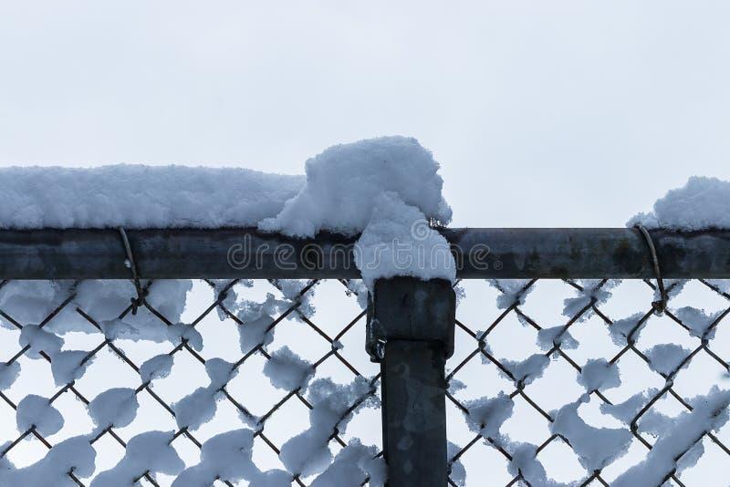 Pluizige witte die sneeuw bovenop een omheining wordt verzameld royalty-vrije stock foto