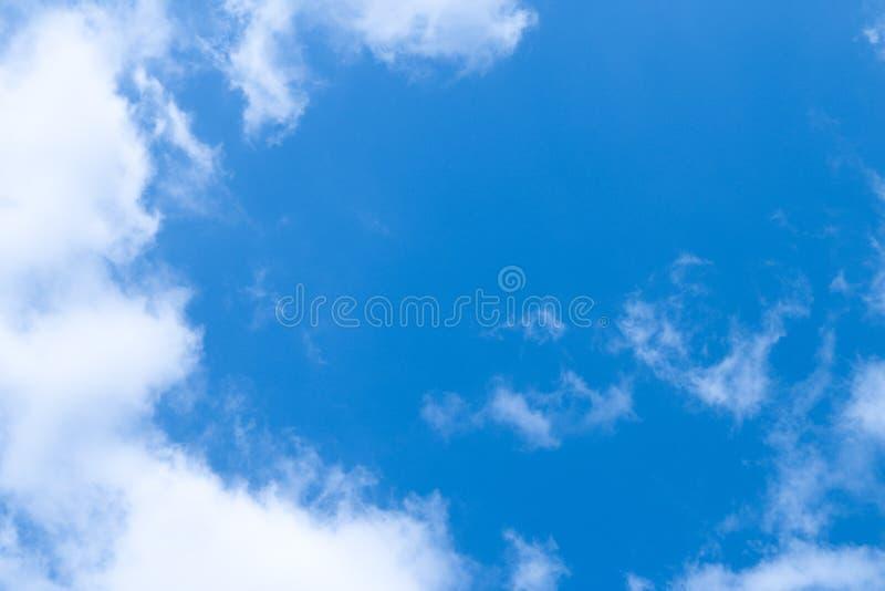 Pluizige wolk en duidelijke blauwe hemel royalty-vrije stock fotografie