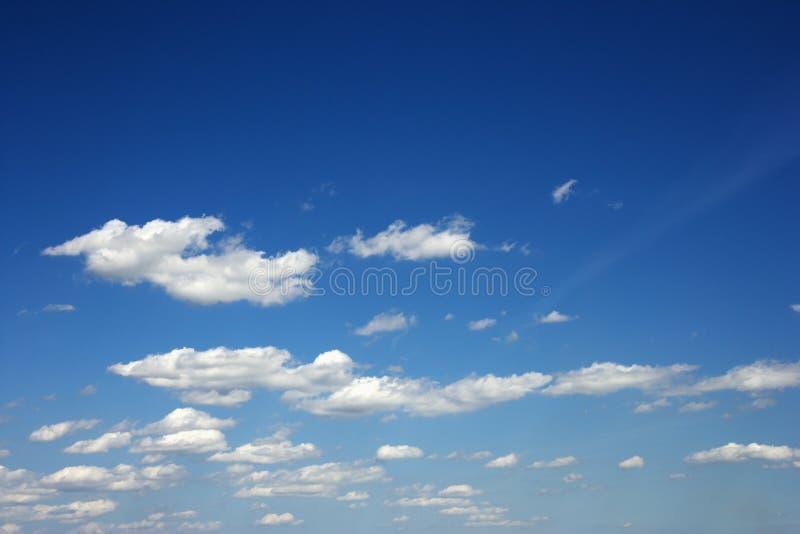 Pluizige wolken. royalty-vrije stock afbeelding