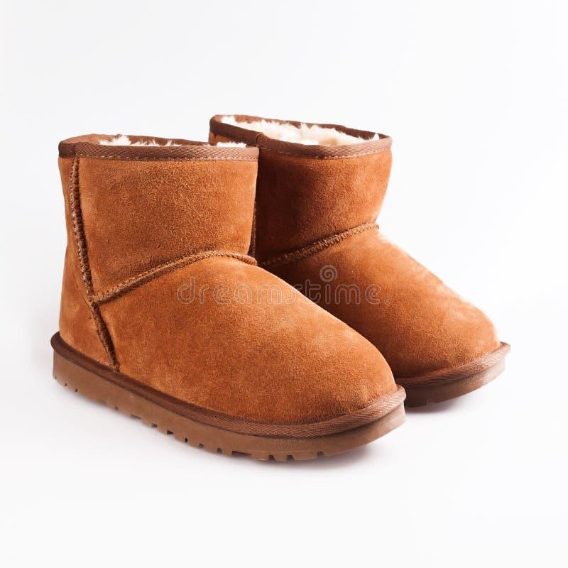 Pluizige wollige warme laarzen over wit stock foto's
