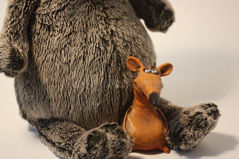 Pluizige zachte stuk speelgoed grijze kat met kleimuis royalty-vrije stock foto's