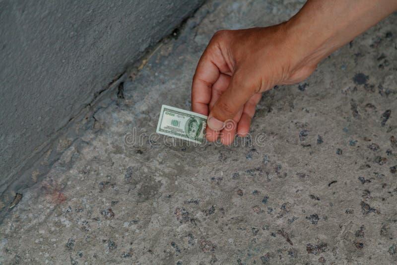 Plukt stuk speelgoed omhoog rekening van concrete vloer met de hand stock afbeelding