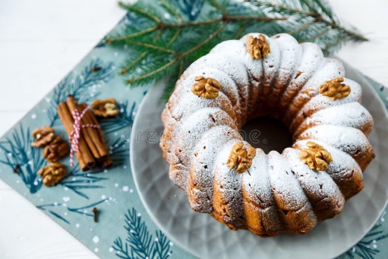 Plum-cake tradizionale per il Natale decorato con zucchero in polvere ed i dadi, uva passa Delicioius casalingo fotografia stock libera da diritti