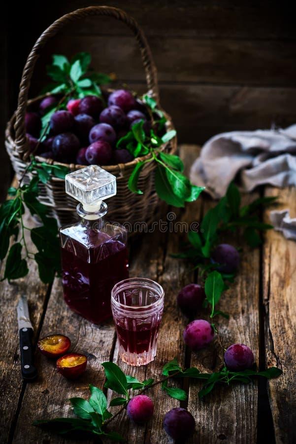 Plum Liqueur Annata di stile Fuoco selettivo fotografia stock libera da diritti