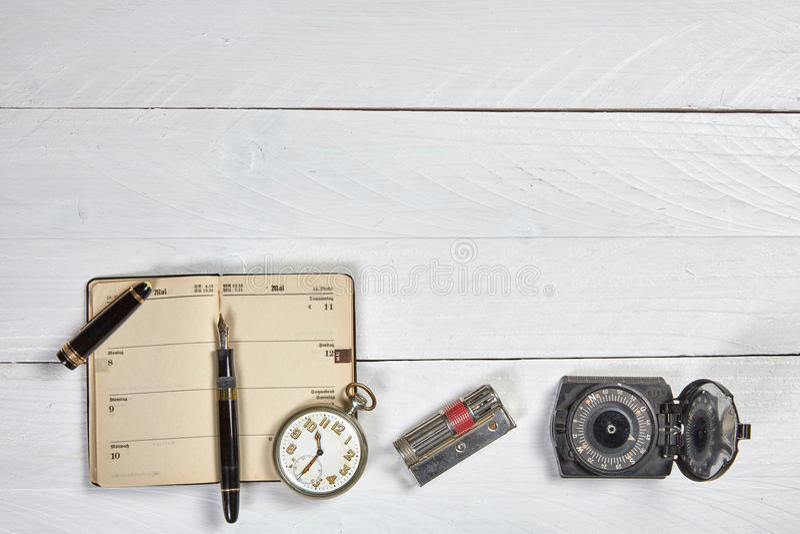 Pluma antigua, calendario viejo y reloj imagen de archivo libre de regalías