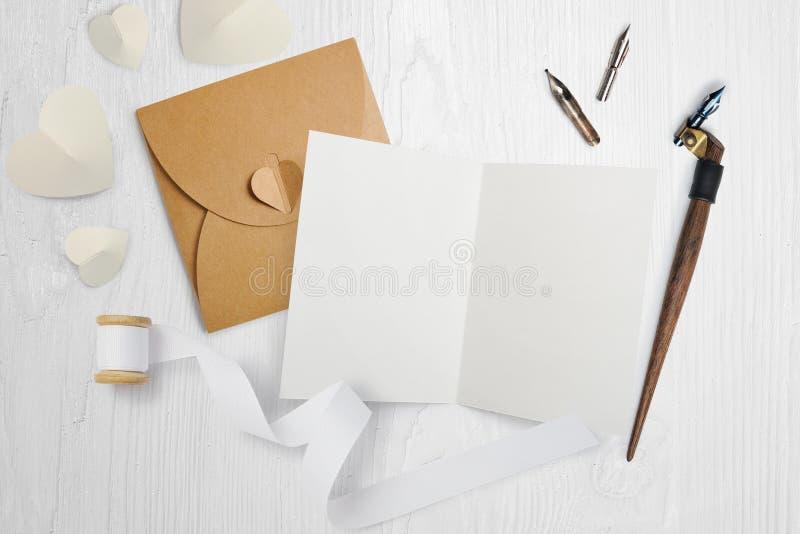 Pluma caligráfica con la letra, tarjeta de felicitación para el día de tarjetas del día de San Valentín con el lugar para su text imagenes de archivo