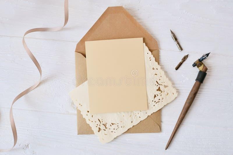 Pluma caligráfica un sobre con flores y una letra, regalo fotografía de archivo libre de regalías