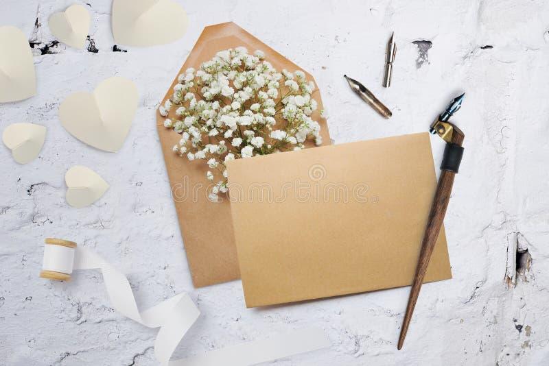Pluma caligráfica un sobre con las flores y una letra, tarjeta de felicitación para el día de tarjetas del día de San Valentín co foto de archivo