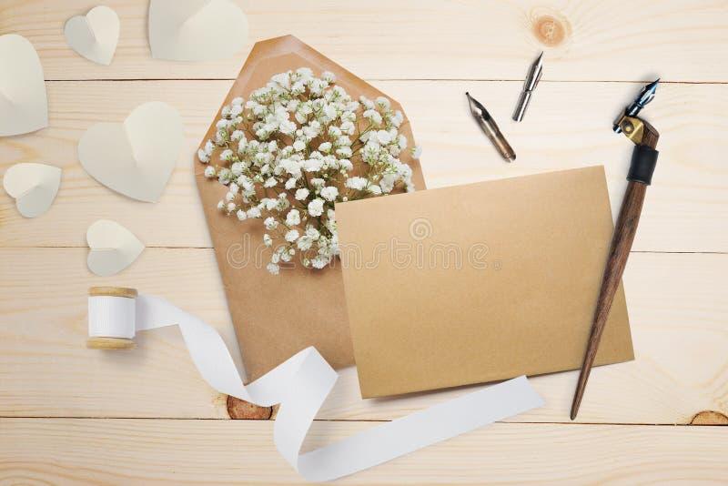 Pluma caligráfica un sobre con las flores y una letra, tarjeta de felicitación para el día de tarjetas del día de San Valentín co fotografía de archivo