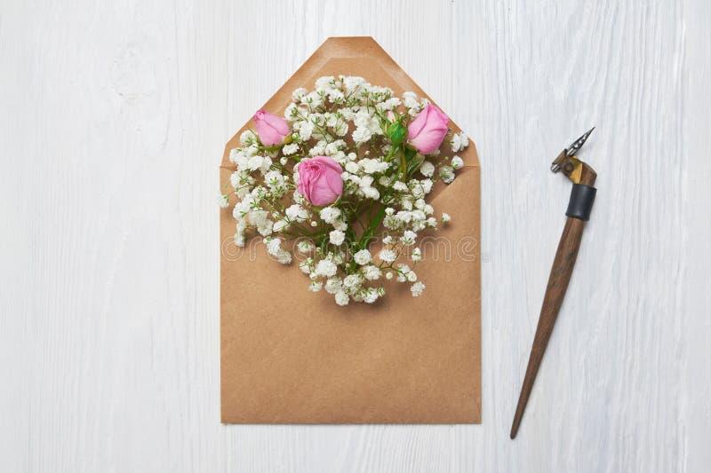 Pluma caligráfica un sobre con las flores y una letra, tarjeta de felicitación para el día de tarjetas del día de San Valentín co imagenes de archivo