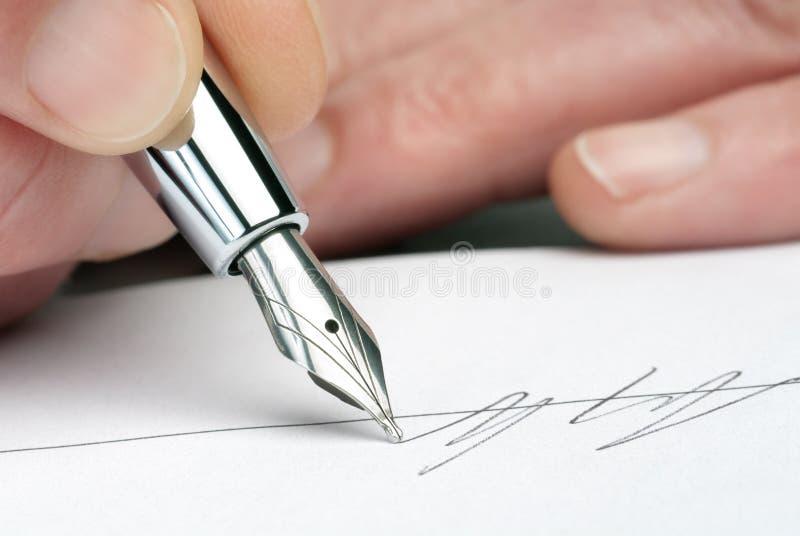 Pluma con la firma fotografía de archivo