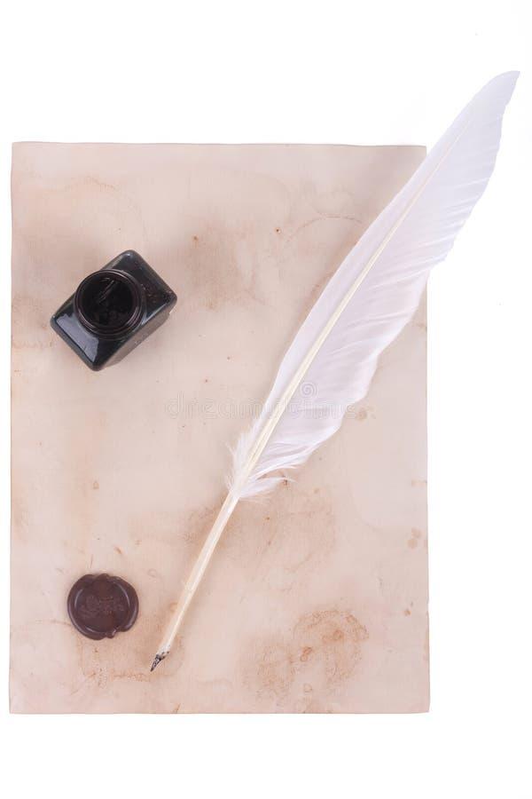 Pluma de la pluma blanca y botella de tinta fotografía de archivo libre de regalías