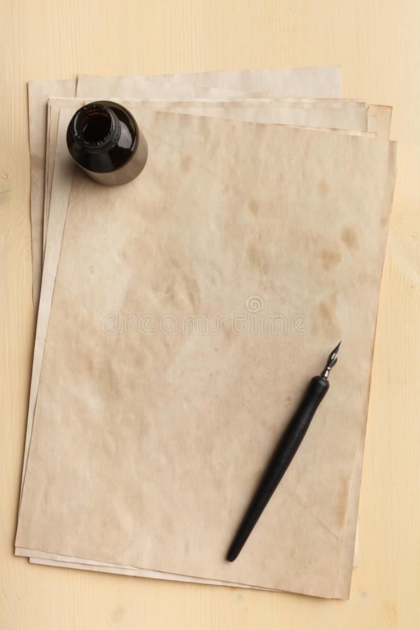 Pluma de la tinta, tintero y papel viejo fotos de archivo
