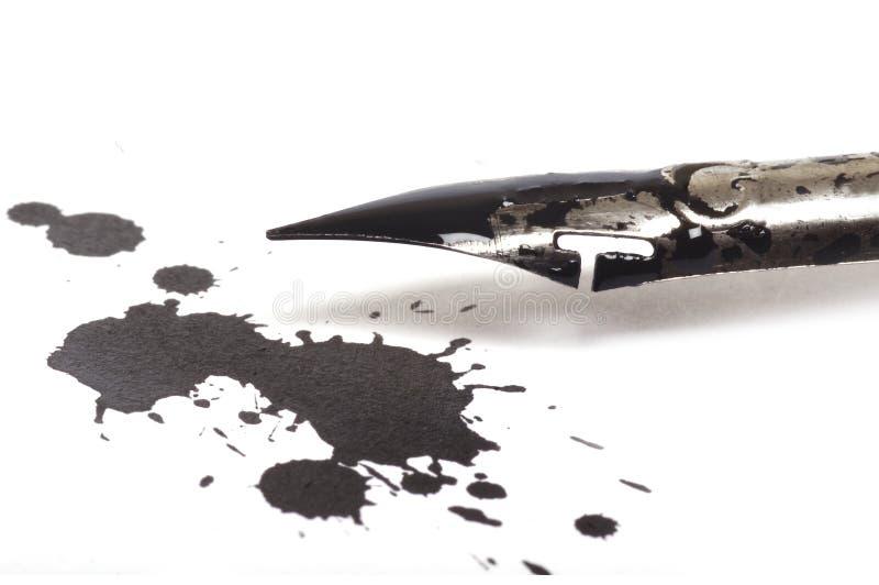 Pluma de la tinta y mancha blanca /negra de la tinta imágenes de archivo libres de regalías