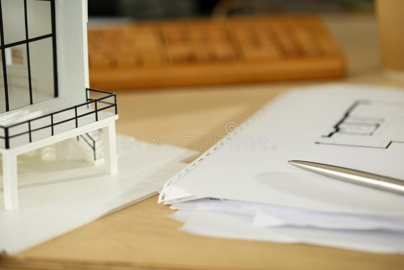 Pluma de plata que miente en la tabla de funcionamiento de arquitecto con los modelos fotos de archivo