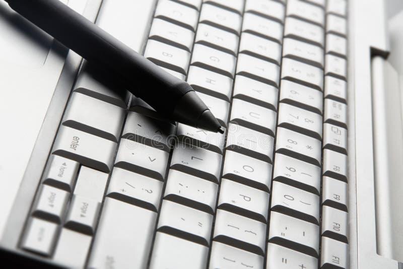 Pluma y teclado del apretón imagen de archivo libre de regalías