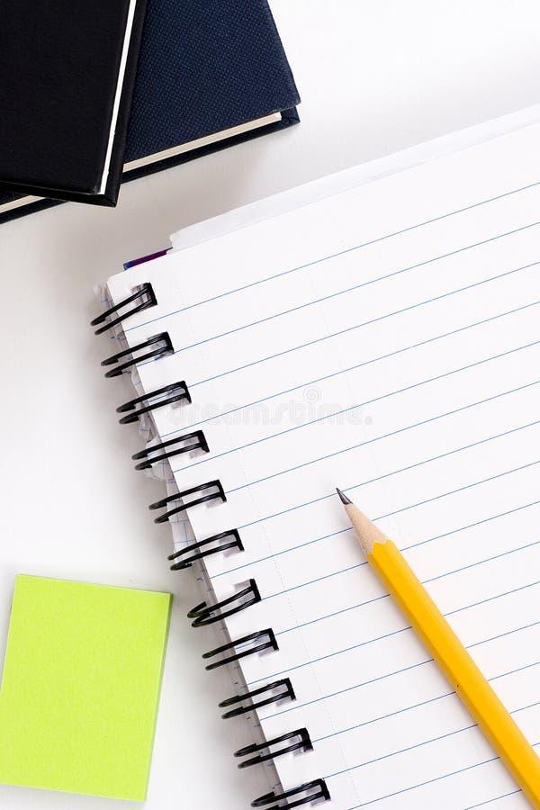 Pluma en el cuaderno foto de archivo