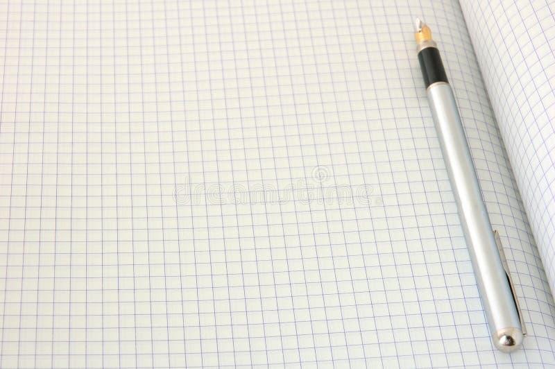 Pluma en el papel ajustado en blanco imagen de archivo libre de regalías