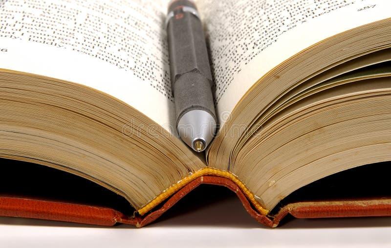 Pluma en libro imagenes de archivo