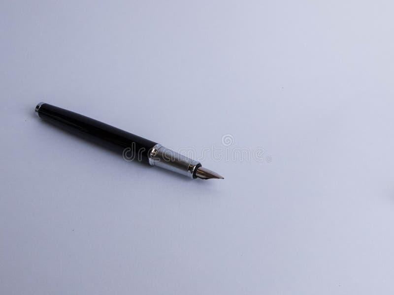 Pluma negra del negocio del metal en el fondo blanco foto de archivo