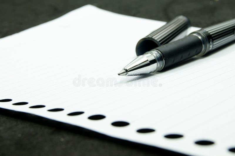 Pluma negra en el Libro Blanco fotografía de archivo libre de regalías