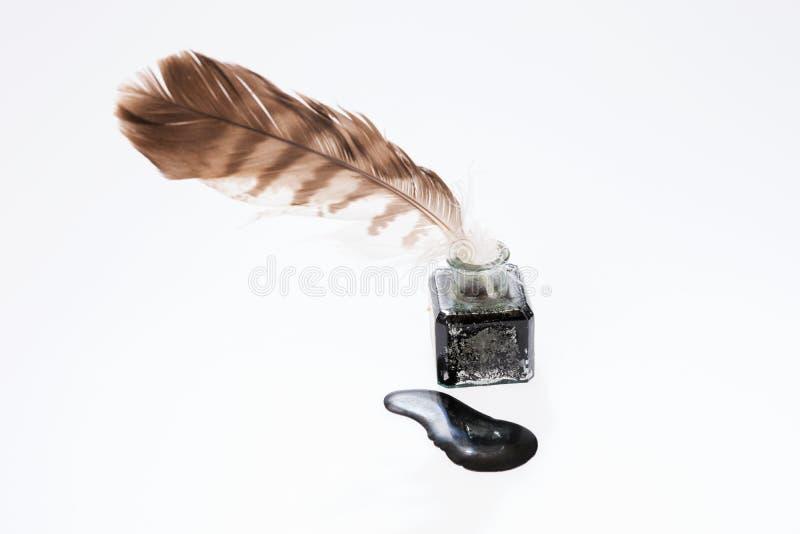 Pluma vieja de la escritura en el pote negro de la tinta imagen de archivo