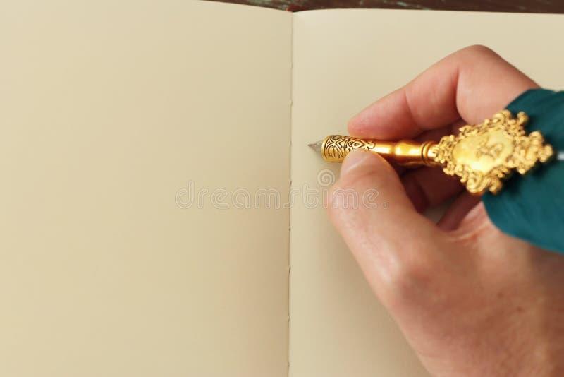 Pluma vieja de la pluma y hoja de papel vac?a Fondo del descenso trasero Visi?n desde arriba foto de archivo libre de regalías