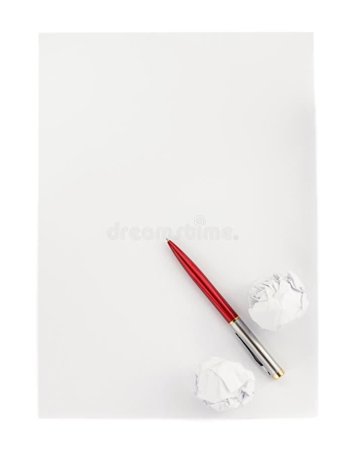 Pluma y bola de papel arrugada en blanco fotos de archivo