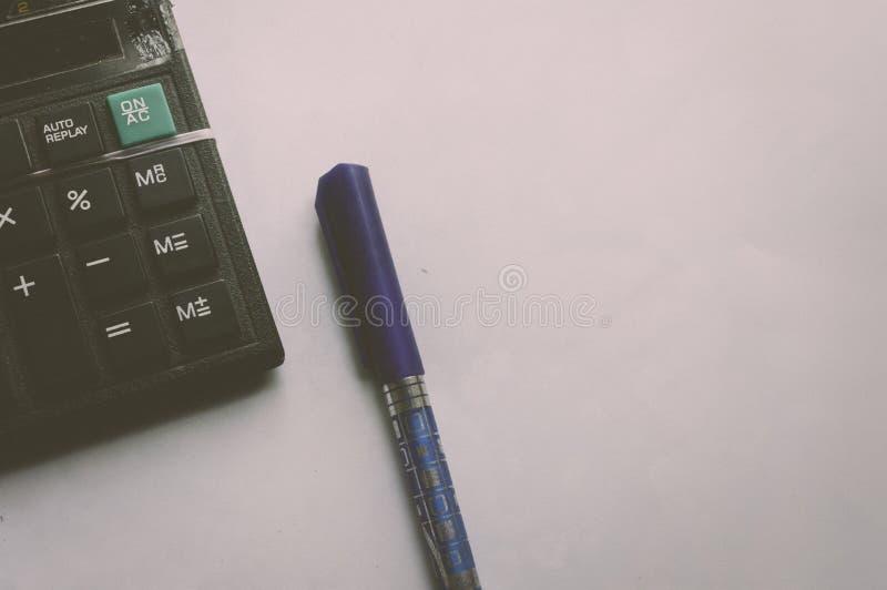 Pluma y calculadora Trabajo de la contabilidad financiera y concepto del negocio fotografía de archivo