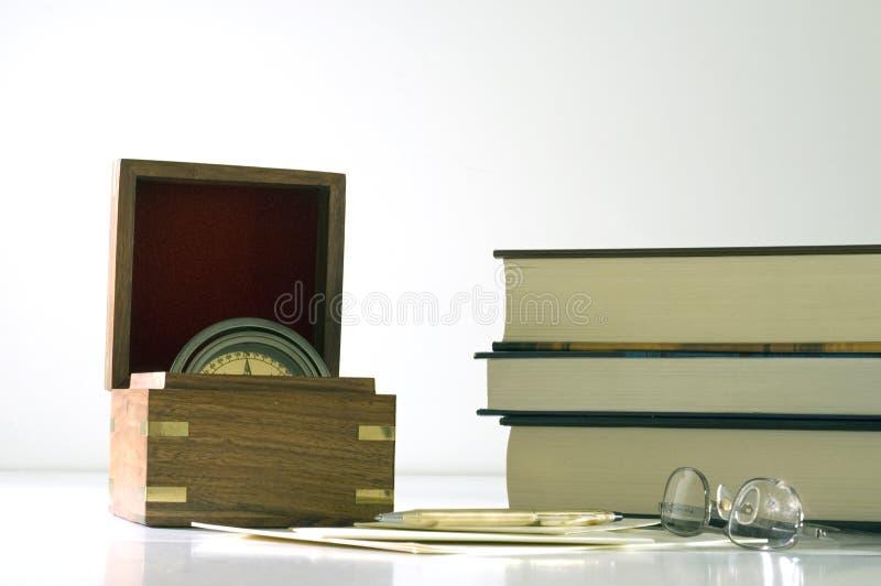 Pluma y compás de los vidrios de los libros imágenes de archivo libres de regalías