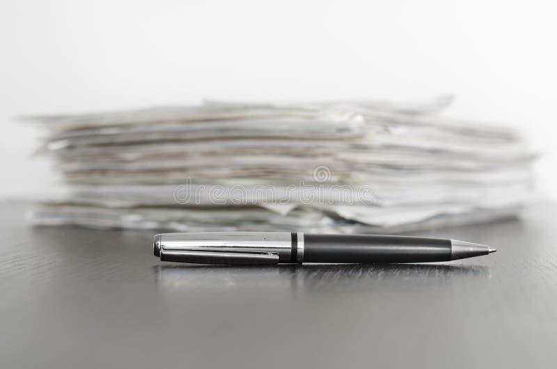 Pluma y contratos imagen de archivo libre de regalías