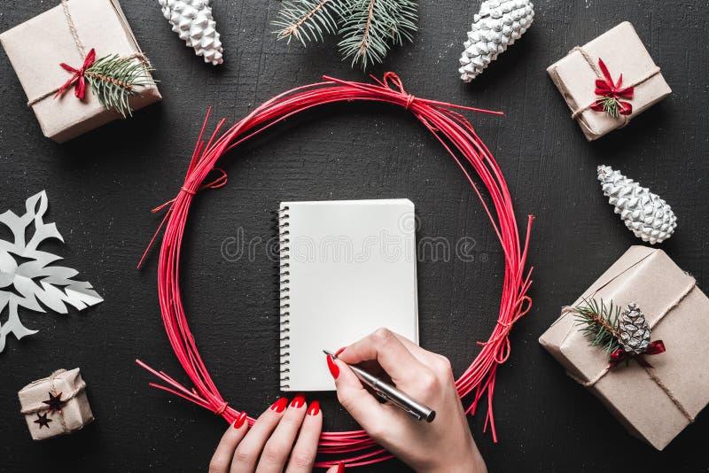 Pluma y escritura de tenencia de las manos un list d'envie de la letra a Papá Noel con el espacio para el texto imagen de archivo