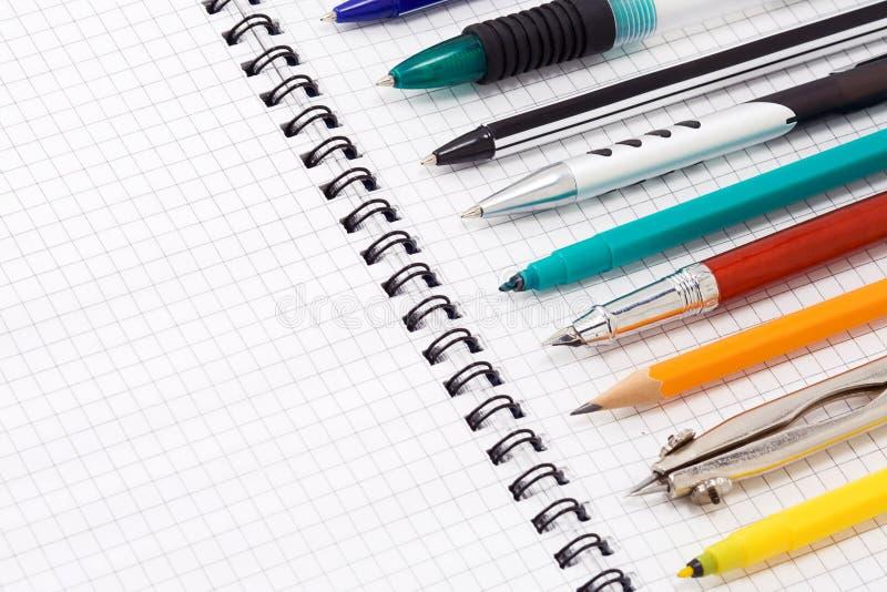 Pluma y lápiz en la pista foto de archivo libre de regalías