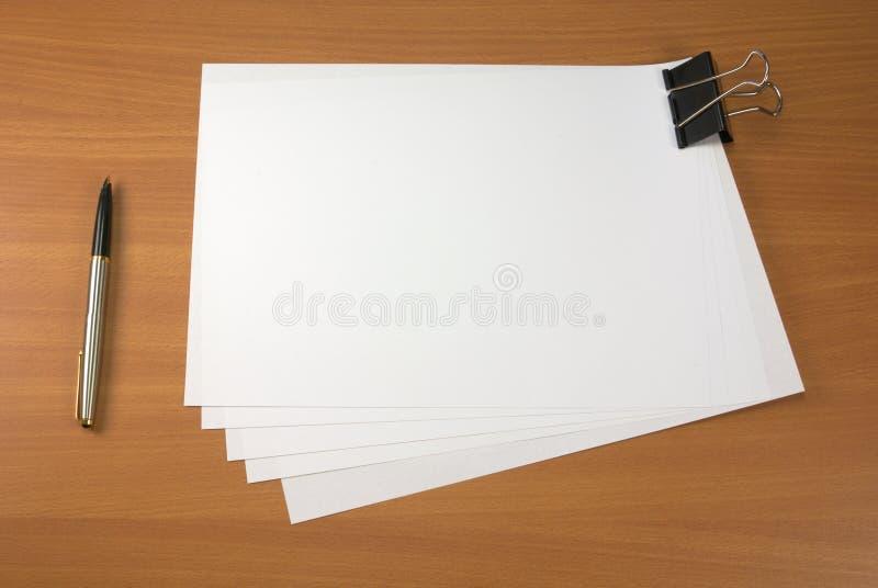 Pluma y papeles imagenes de archivo