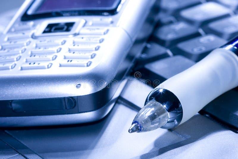 Pluma y teléfono móvil fotos de archivo