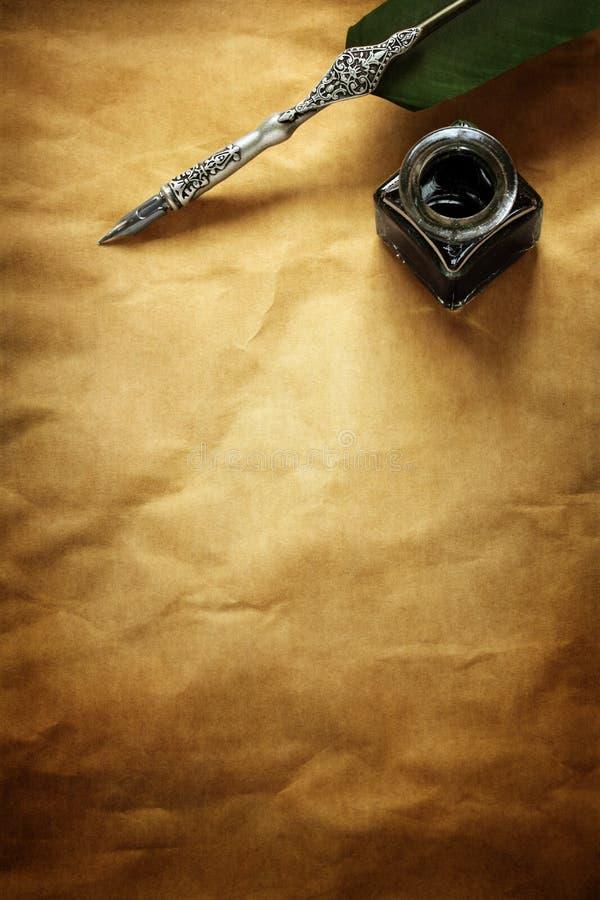 Pluma y tinta de canilla bien en el papel de pergamino foto de archivo libre de regalías