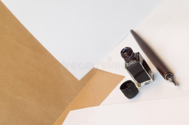 Download Pluma Y Tinta En Las Hojas Blancas En Una Tabla De Trabajo Imagen de archivo - Imagen de tinta, color: 44851641
