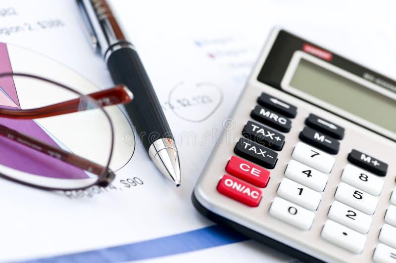 Pluma y vidrios de la calculadora del impuesto fotografía de archivo