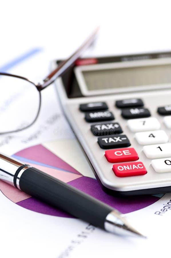 Pluma y vidrios de la calculadora del impuesto imagen de archivo libre de regalías