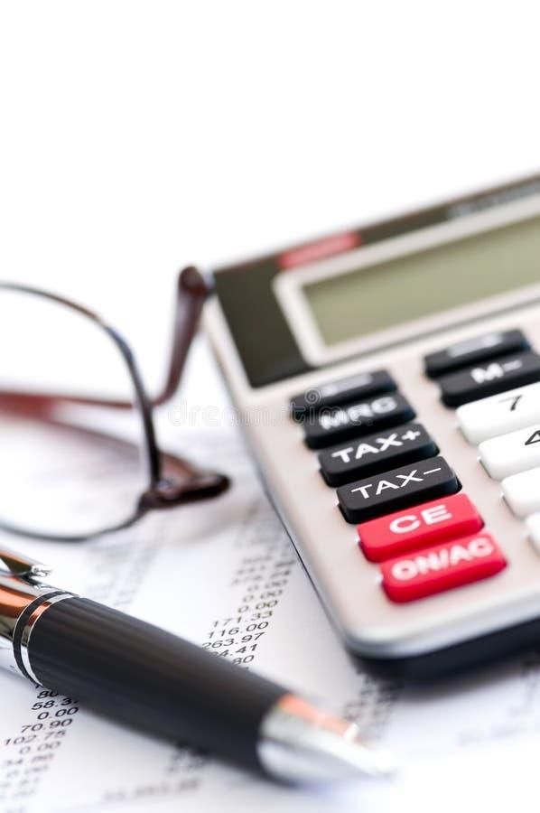Pluma y vidrios de la calculadora del impuesto imagenes de archivo