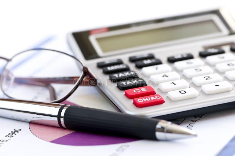 Pluma y vidrios de la calculadora del impuesto fotografía de archivo libre de regalías