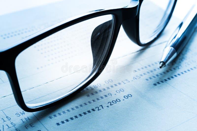 Pluma y vidrios en datos financieros de las actividades bancarias Para el asunto imagenes de archivo