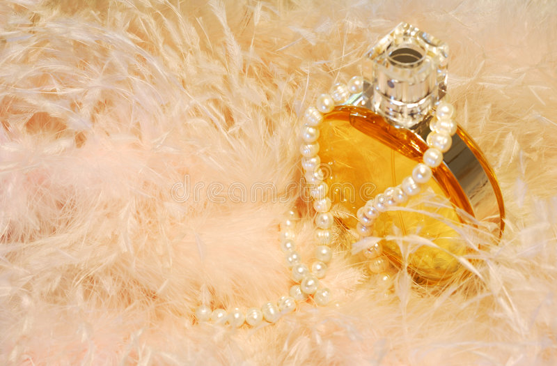 Plumas, collar y perfume imagen de archivo