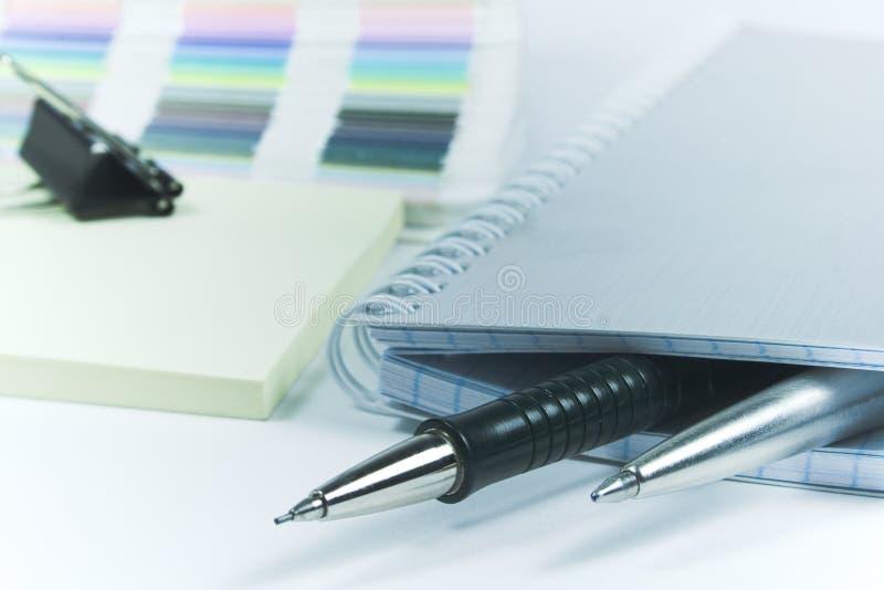 Plumas y cuaderno en blanco fotografía de archivo libre de regalías