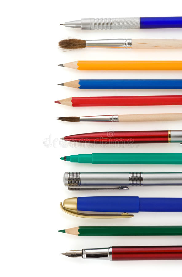 Plumas y lápices en blanco imagenes de archivo