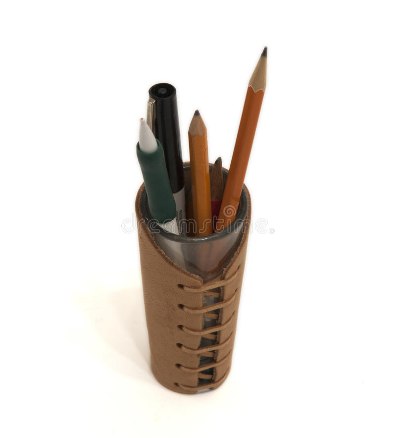 Plumas y lápices en sostenedor del lápiz imagen de archivo libre de regalías